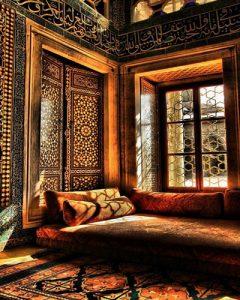 سبک های دکوراسیون داخلی که در ایران بیشتر رواج دارد : سبک ایرانی : در سبک طراحی داخلی ایرانی بیشتر فرم های که وجود دارد بیشتر از مبحث تقارن و تعادل و اندازه های دقیق در عین سادگی می باشند و دارای ایوان های مرتفع و ستون های بلند است . تزینات طراحی ایرانی با رنگ های زیاد همراه است که بیشتر در طرح های شیشه ای دیده میشود و فرم ها نیز به شکل سنتی انتخاب میشود.
